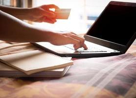 pessoa comprando online