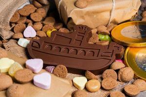 barco de chocolate rodeado de doces
