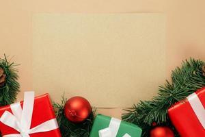 maquete de papel kraft com decoração de natal