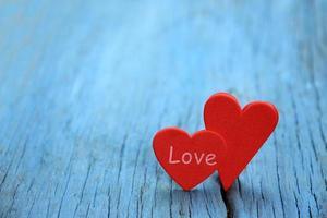 corações vermelhos em madeira azul foto
