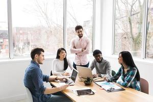 profissionais em uma reunião trabalhando em laptops