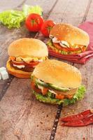 deliciosos hambúrgueres em uma tábua de madeira