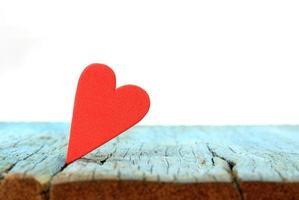 coração vermelho na madeira foto