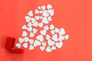 coração branco em vermelho foto