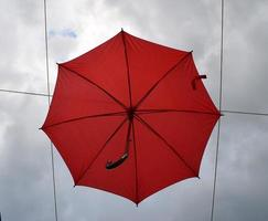 guarda-chuva vermelho no céu foto