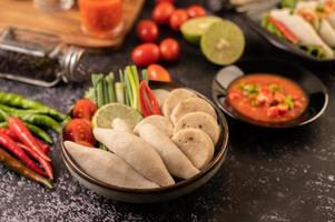 bolinhas de rúgbi com pasta de pimenta de limão, tomate e pimenta