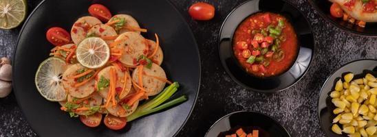 Salada de linguiça de porco vietnamita com pimenta, limão, alho e tomate