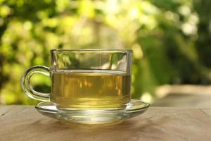chá amarelo em luz dourada