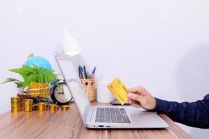 profissional com cartão de crédito foto