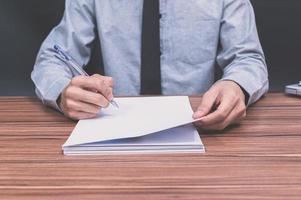 homem escrevendo notas