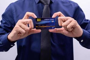 profissional vestindo uma camisa azul com um cartão de crédito