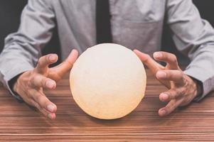 homem com lâmpada lunar foto