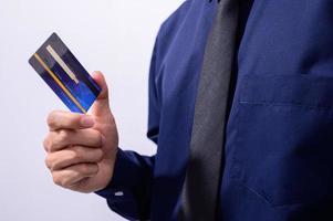 profissional de negócios segurando um cartão de crédito