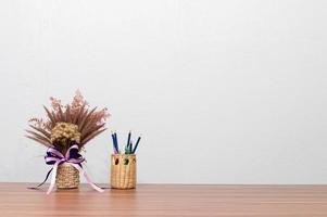 canetas e flores em uma mesa foto