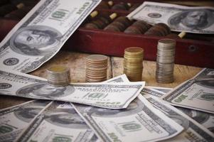 moedas e dinheiro em uma mesa de madeira