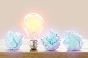 lâmpada com papel amassado
