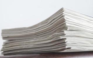 grande pilha de papéis brancos