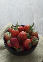 morangos frescos em uma tigela foto
