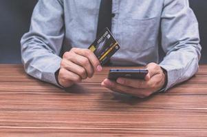 pessoa comprando online no telefone foto