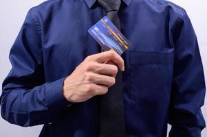 homem segurando um cartão de crédito azul