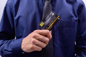 profissional segurando cartão de crédito