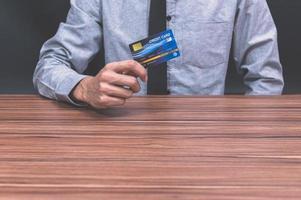 pessoa segurando cartão de crédito