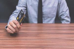 pessoa segurando um cartão de crédito foto