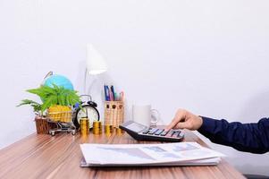 empresário usando calculadora