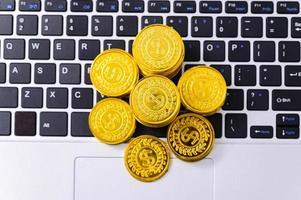 vista superior das moedas nas teclas foto