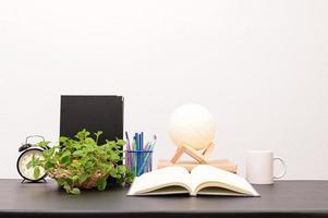 livro com lâmpada lunar foto