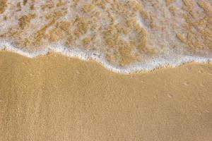 ondas do mar na praia de areia foto