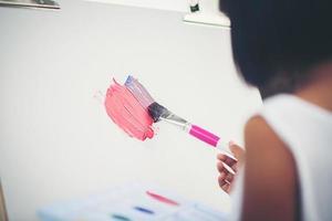 menina artista pintando um quadro no parque foto