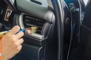 escovar as saídas de ar do carro