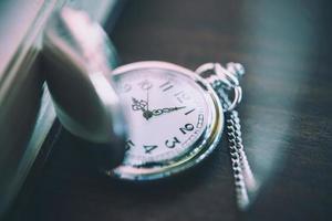 relógio de bolso vintage, símbolos de tempo com espaço de cópia foto