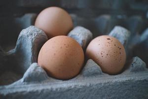 três ovos na bandeja