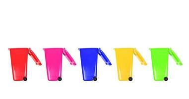 latas de lixo coloridas
