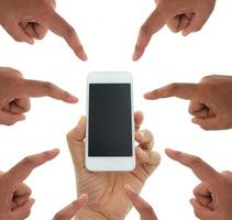 mãos apontando para o telefone foto