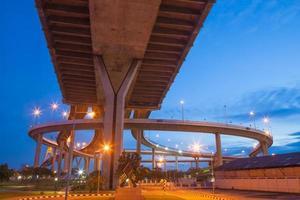ponte bhumibol em bangkok à noite foto