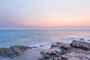 o mar ao pôr do sol foto