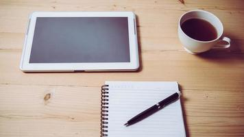 caderno com caneta e tablet
