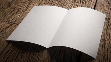 papel branco dobrado em branco na mesa de madeira