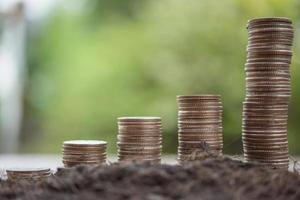 uma pilha de moedas na natureza verde foto