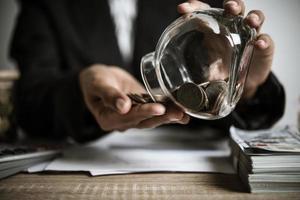 dinheiro em uma jarra de vidro na natureza, conceito de investimento foto