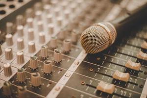 um microfone e console de mixagem