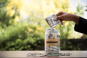 dinheiro em uma jarra de vidro na natureza, conceito de investimento