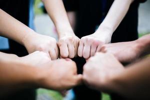 close-up de grupo multiétnico em pé com as mãos juntas