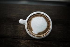 café na mesa em um café