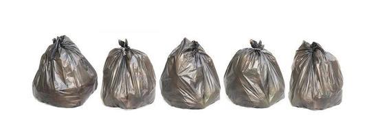 fila de sacos de lixo