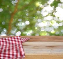 toalha de mesa na mesa ao ar livre