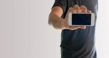 homem mostrando a tela do telefone foto
